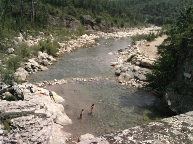 un cours d'eau vu du pont qui l'enjambe et baignade fin mai