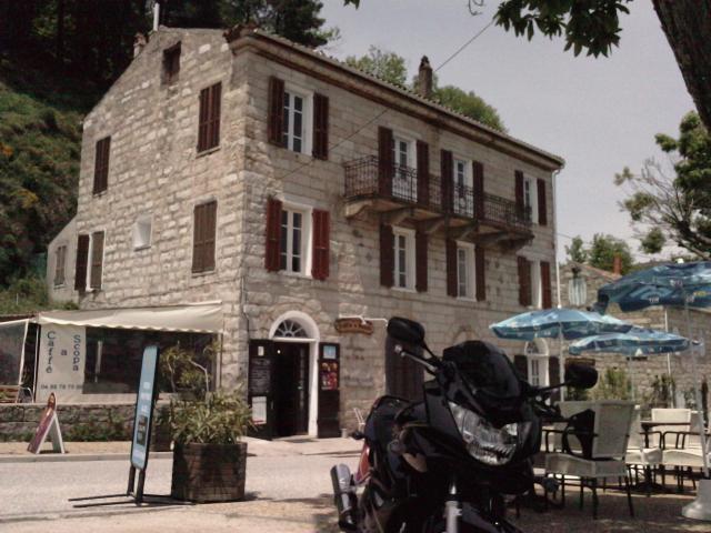 une halte méritée au café du village de Serra-di-Scopamène